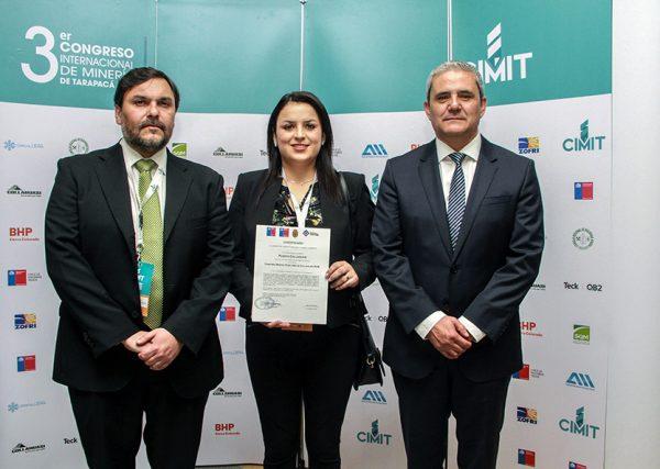 Sergio González, gerente de Terminal Marítimo de Collahuasi (al medio), junto a el secretario del Comité de Producción Limpia de la Agencia de la Sustentabilidad y Cambio Climático, Esteban Carreño (Izquierda).