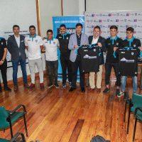 Plantel, cuerpo técnico, directiva de Deportes Iquique haciendo entrega de las camisetas a Matías Aylwin y Mauricio Acuña.