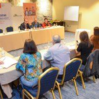 (Al fondo, de izquierda a derecha) Natan Olivos, Seremi Educación; Jaime Arenas, director ejecutivo Fundación Educacional Collahuasi; y Blanca Yáñez, coordinadora técnica del Congreso. (Primer plano, prensa haciendo preguntar a los tres inauguradores).