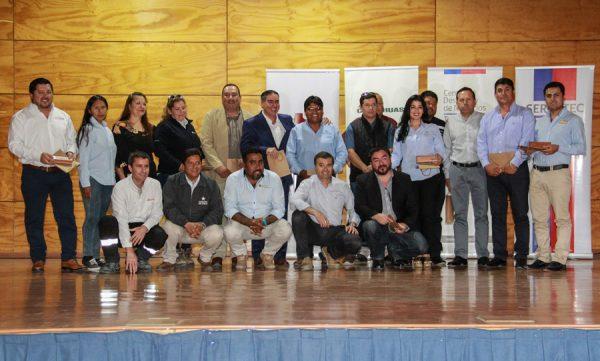 Proveedores del Tamarugal junto a autoridades presentes.