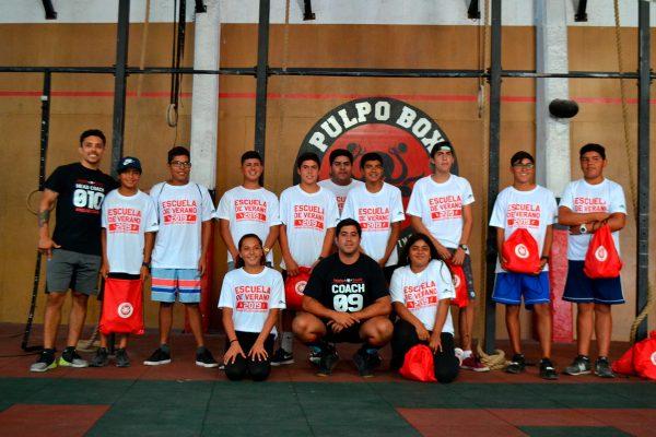 Jóvenes del borde costero con la polera oficial de la escuela de verano junto a los coach del PulpoBox.