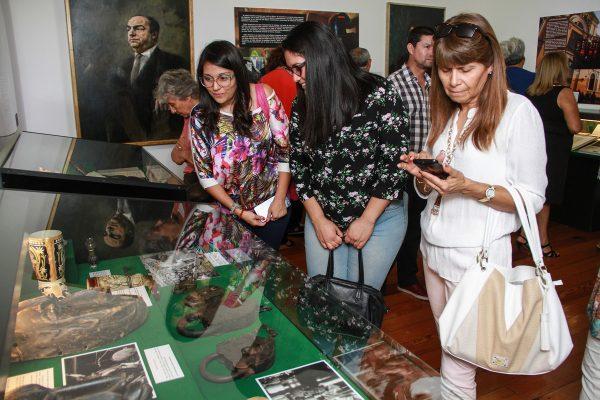 Público local visitando la Sala de Arte Casa Collahuasi.